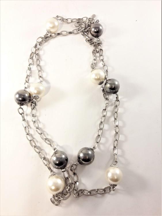 Långt halsband med kulor i silverfärg och vitt