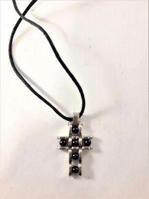 Halsband med läderrem och silverfärgat kors med svarta kulor