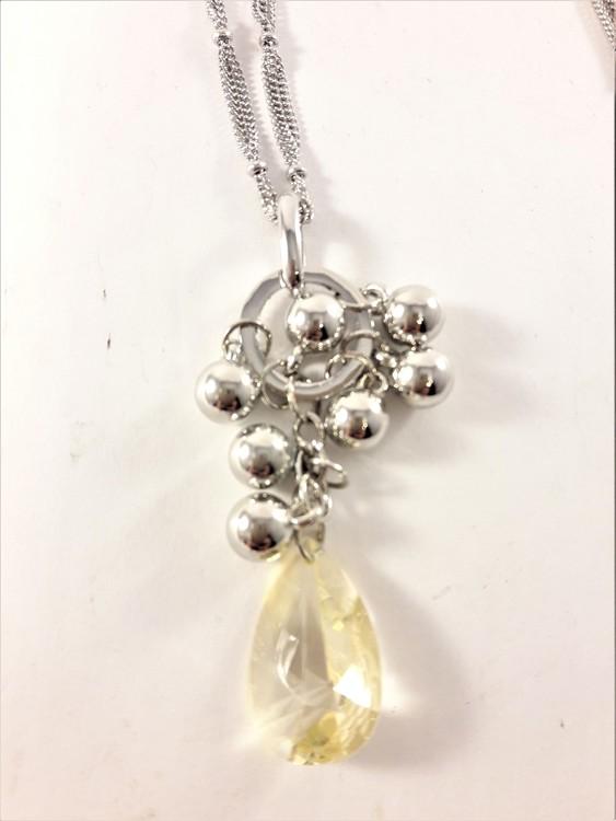 Flerradigt halsband silverfärg med hänge med sten, kulor och vita strasspärlor