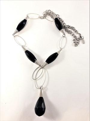 Halsband med ovaler och avlånga detaljer i svart och silverfärg