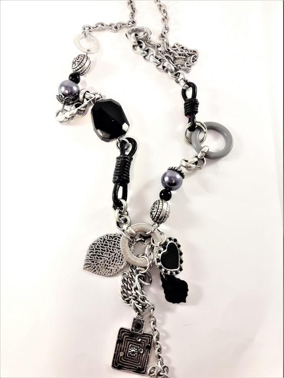 Halsband med silverfärgade och svarta detaljer
