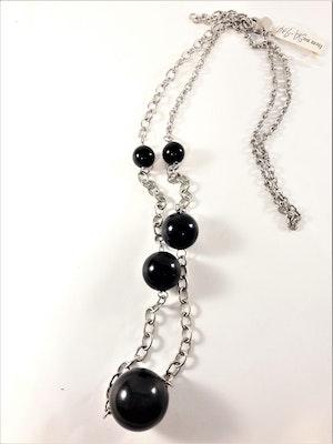 Halsband med svarta kulor