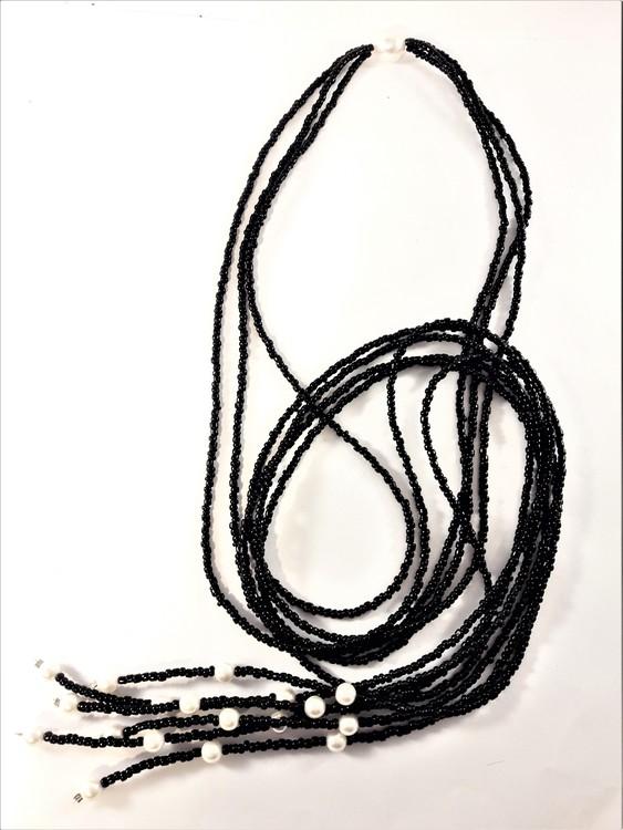Flerradigt öppet halsband med svarta pärlor och silverfärgade detaljer