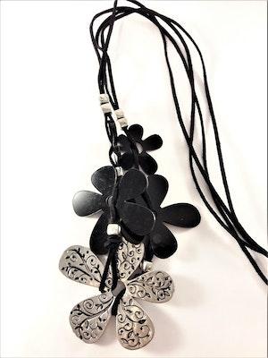 Halsband med mockaband och stora blommor i svart och silverfärg