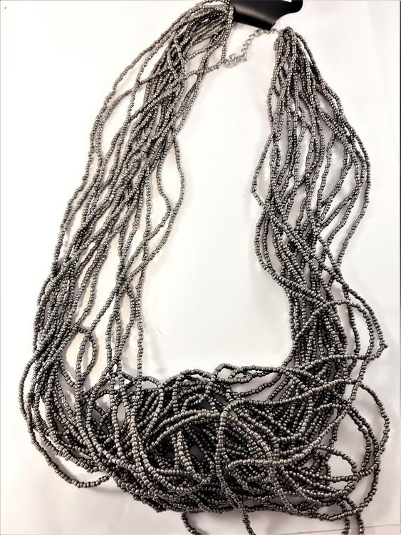 Flerradigt halsband av små pärlor i brunt