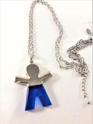 Silverfärgad halskedja med hänge, figur med blå byxor