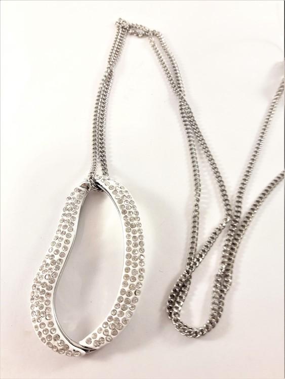 Halsband med ovalt hänge och glittrande strass i vitt