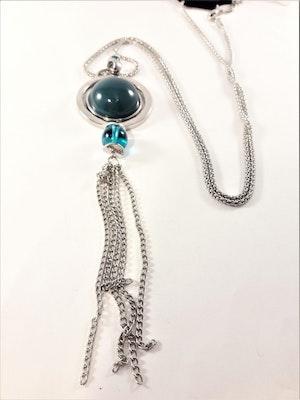 Halsband med detaljer och halv kula i silverfärg och grönt