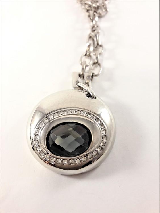 Halsband med gnistrande sten och strassprydd platta i silverfärg