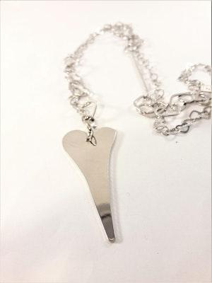 Halsband med hjärta som hänge i silverfärg