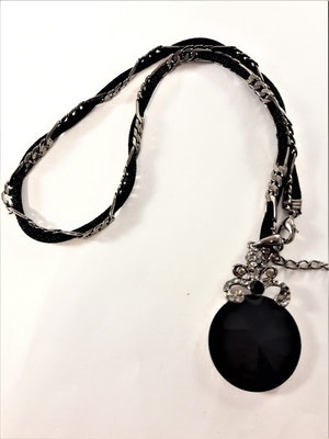 Kort halsband med silverfärgat hänge och svart sten