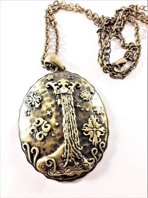 Halsband med medaljong i guldfärg och vit sten