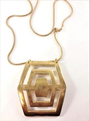 Halsband med stort metallhänge i guldfärg