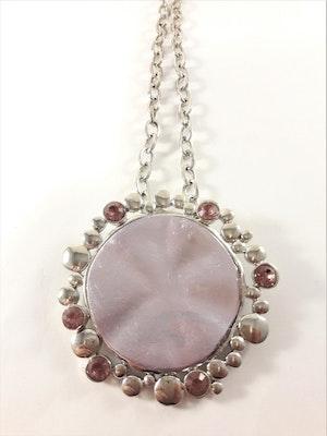 Halsband med hänge och stenar i silverfärg och i rosa
