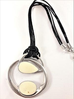 Halsband med hänge i silverfärg och vitt