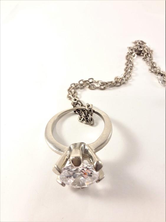 Halsband med ring i silverfärg och transparent sten