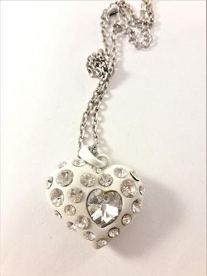 Halsband med hjärta i vitt och glittrande strass