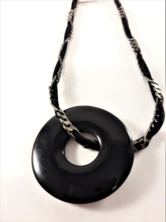 Halsband med rem och runt hänge i svart och silverfärg