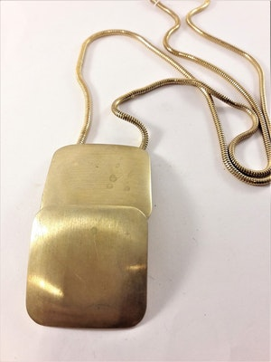 Halsband med hänge i guldfärg