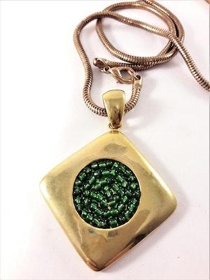 Halsband i guldfärg med hänge i grönt