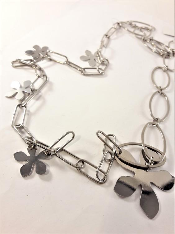 Långt halsband med blommor i silverfärg