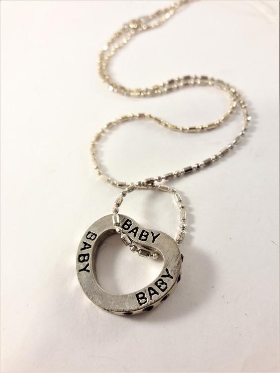Halsband med hjärta och små stenar i silverfärg