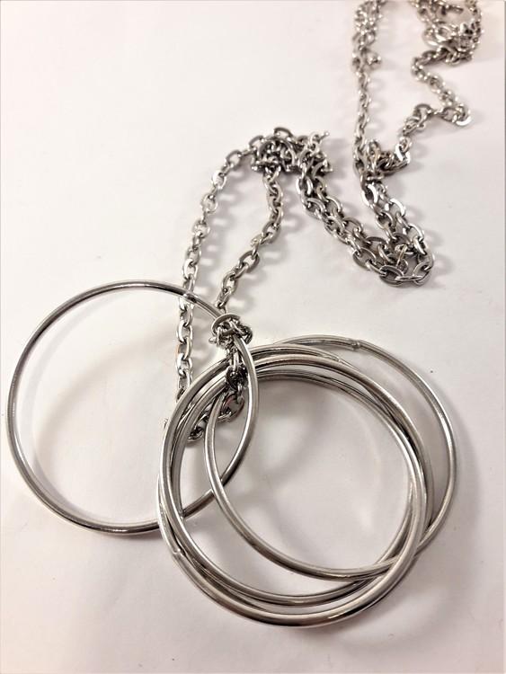Halsband med 5 ringar som hänge i silverfärg