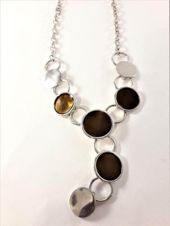 Halsband med runda detaljer i silverfärg och brunt