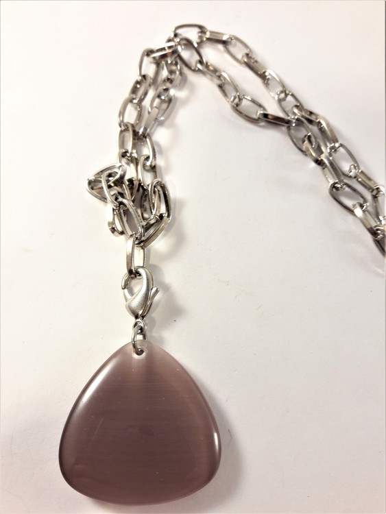 Halsband i silverfärg med trekantigt hänge i lila