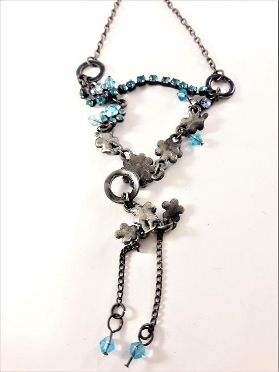 Halsband med blommor och gnistrande blå strass