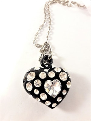 Halsband med hjärta i svart med gnistrande stenar