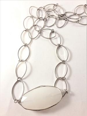 Halsband med Silverfärgade Ovala Länkar med Vitt Ovalt Hänge
