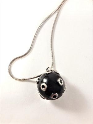 Halsband i silverfärg med boll hänge i svart