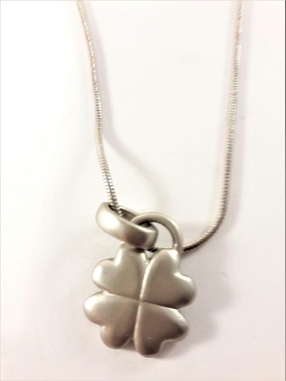 Halsband med blomma i silverfärg
