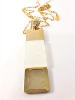 Halsband med hänge i guldfärg och vitt