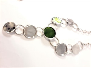 Halsband med runda detaljer i silverfärg och grönt