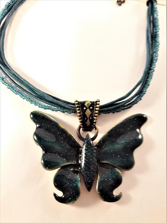 Flerradigt halsband med glittrande fjäril i grönt