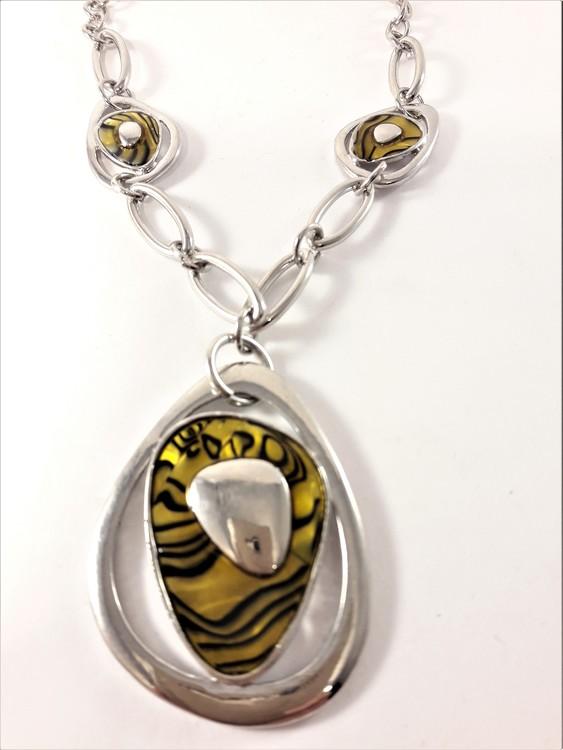 Halsband med hänge i gult och silverfärg