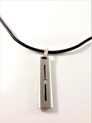 Halsband i svart med hänge och liten sten i silverfärg