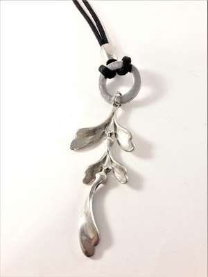 Halsband svart med eklöv hänge i silverfärg