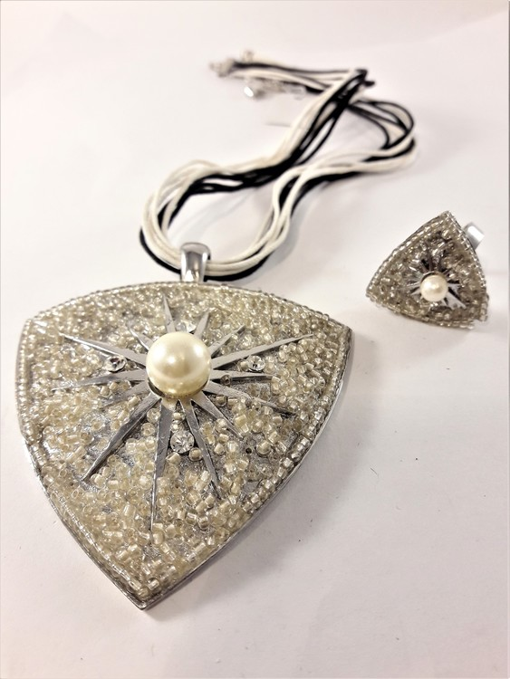 Set med halsband och ring, i vitt med strass och pärlor