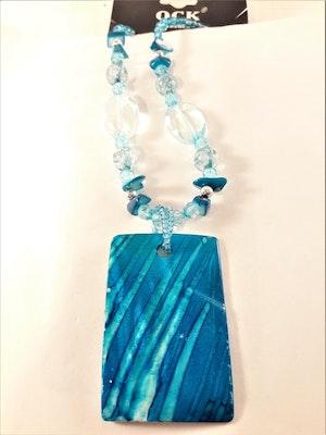 Halsband med blå detaljer och snäckskal