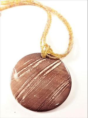 Flerradigt halsband snäckskal hänge i brunt