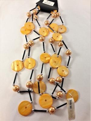Långt halsband med detaljer i orange och svart