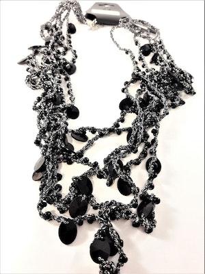 Grått flerradigt halsband i tyg med svarta detaljer