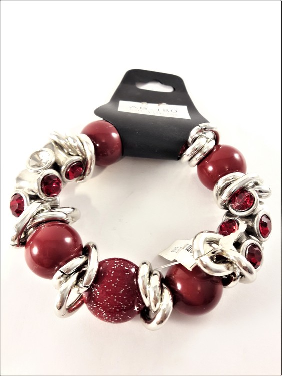 Festligt armband med detaljer i rött