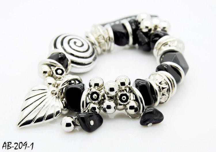 Armband med fina Detaljer Svart och Silverfärg