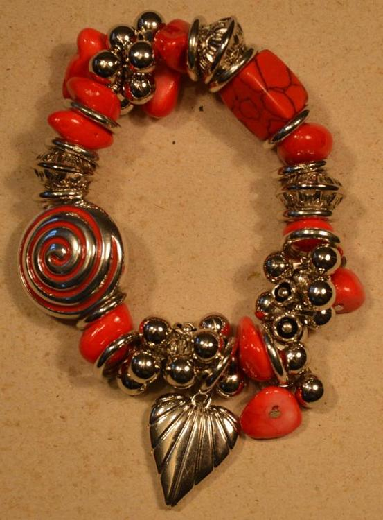 Armband med Fina Detaljer Röd och Silverfärg