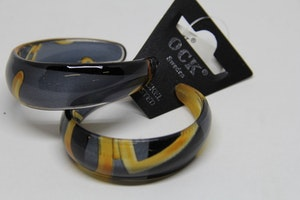 Stelt örhänge i acryl med mönster i svart och gult