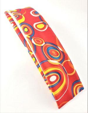 Hårband i glada färger och mönster, elastiskt, röd bottenfärg